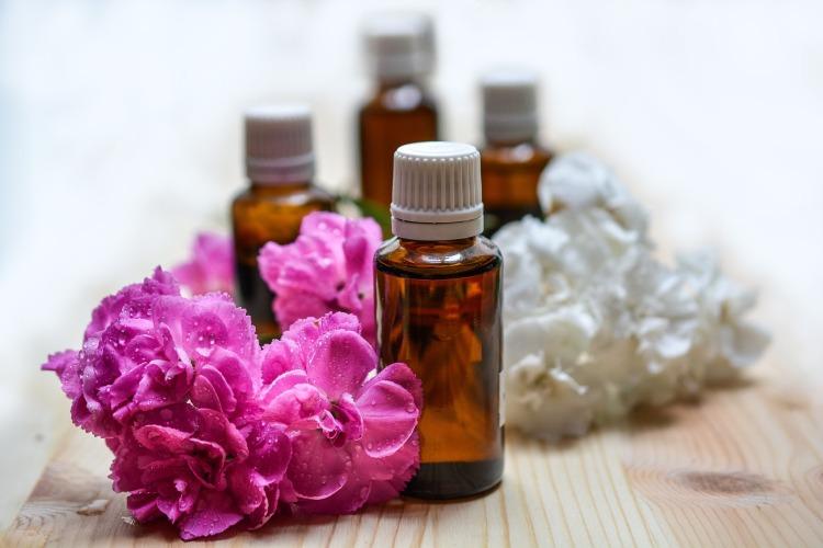 l'aromaterapia sfrutta i principi attivi degli oli essenziali che agiscono sul piano fisico e su quello emozionale